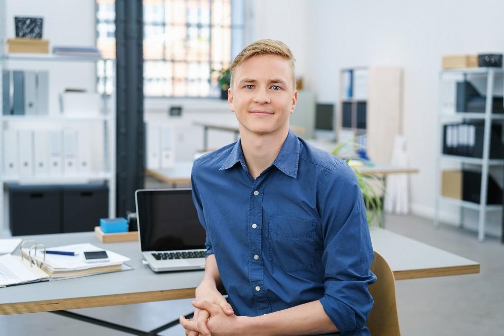 Karriere bei Briloner junger Mann blond sitzend