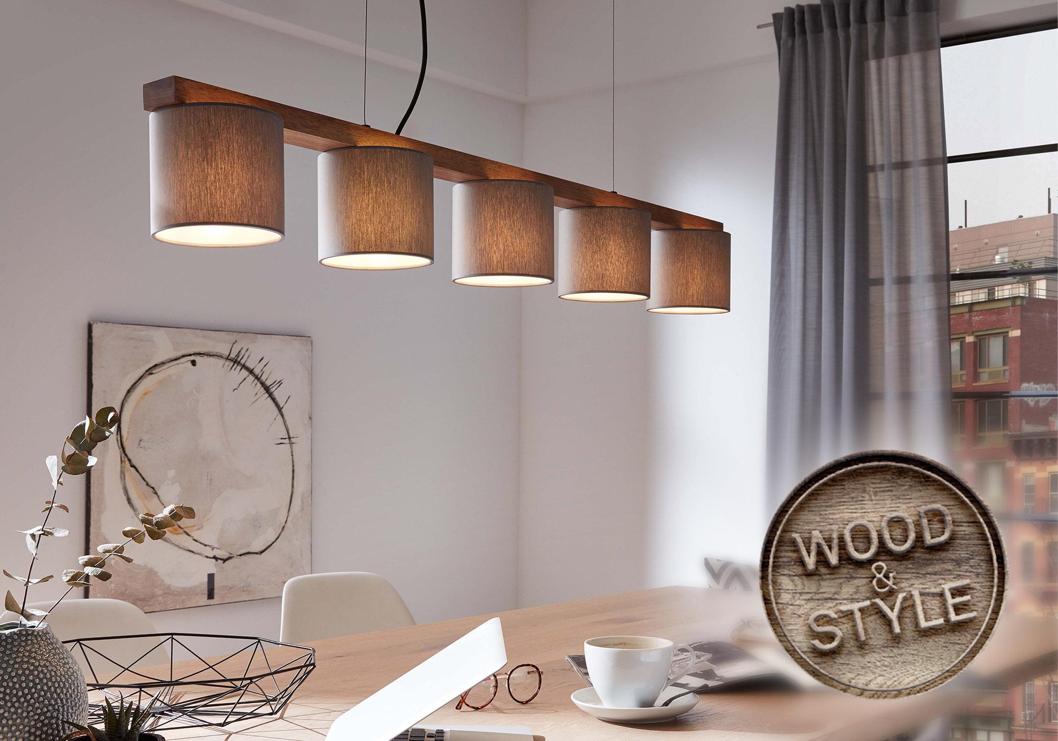 LED Pendelleuchte über einem Esstisch im Stil Wood & Style